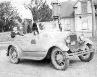 1920s-car-at-don-macmillans-service-station